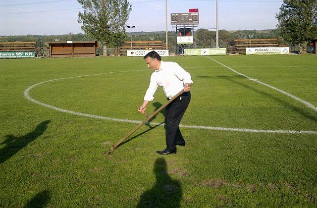 Orbán Viktor miniszterelnök, a Puskás Ferenc Labdarúgó Akadémia (PFLA) alapítója szerint az akadémiákról kikerülõ fiatalok minõségi váltást hozhatnak a magyar futballban, melynek elõrelépéséhez az is szükséges, hogy szervezett vállalkozói világ mûködtesse.
