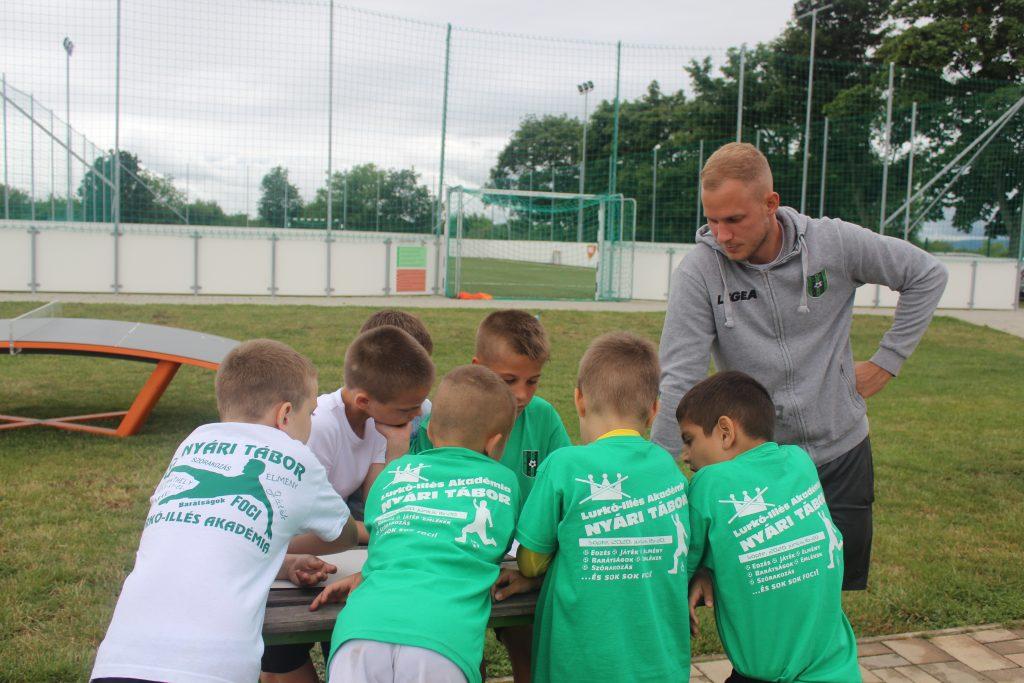 Vetélkedő az ifjú focisták táborában